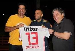 Lateral Daniel Alves é contratado pelo São Paulo