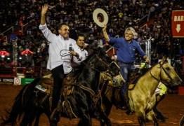 QUASE CAINDO: Bolsonaro cavalga na Festa de Peão de Boiadeiro e promete apoiar rodeios