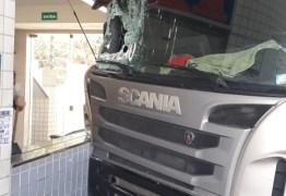 EFEITO DE DROGAS? Motorista é preso pela PRF após invadir posto de combustível com carreta – VEJA VÍDEOS