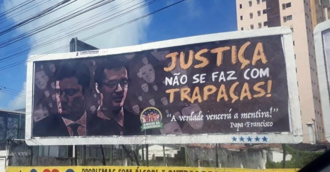 5bb1f8fc b804 43f7 b9a7 65710974dff2 - Grupo espalha outdoors por João Pessoa com críticas a Moro e Dallagnol: 'justiça não se faz com trapaças'