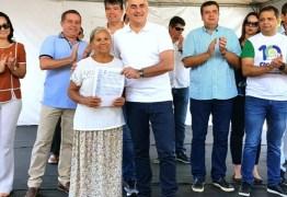 Luciano Cartaxo entrega 190 títulos de regularização fundiária e beneficia quase 800 pessoas no Muçumagro