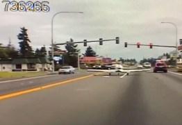 Avião faz pouso de emergência em avenida movimentada nos EUA – VEJA VÍDEO