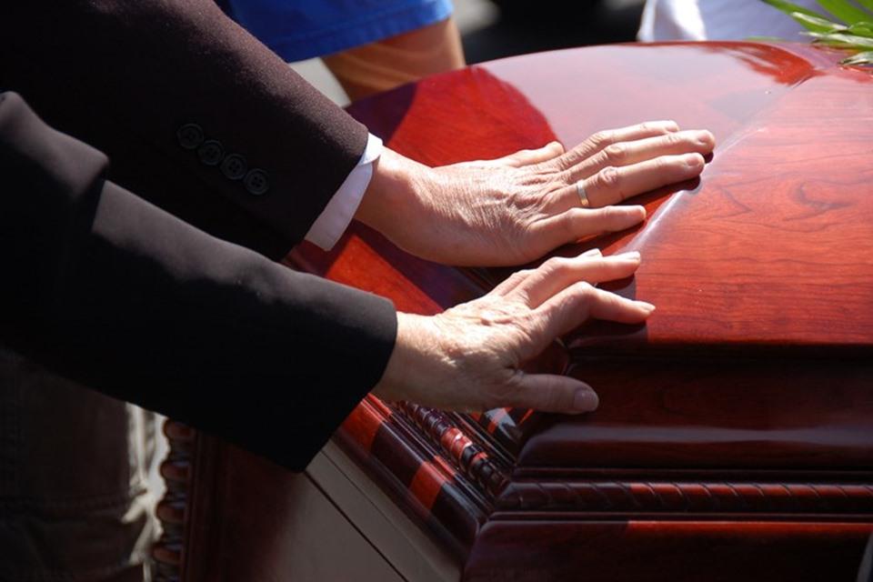 caixão enterro velório tamanho novo - SINAIS VITAIS: Velório é interrompido após morto 'apertar' mão da esposa