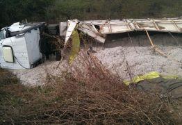 ACIDENTE: Carreta tomba quando motorista tentava desviar de buracos no Sertão do Estado
