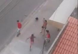 TIROS PARA O ALTO: mulher armada impede que torcedores do Fortaleza agridam homens com camisa do Ceará; VEJA VÍDEO
