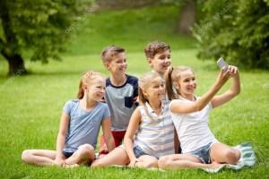 depositphotos 125159000 stock photo happy kids or friends taking 300x200 - TRANSMISSÃO: Selfies estão ajudando a aumentar a transmissão de piolhos, sugere estudo
