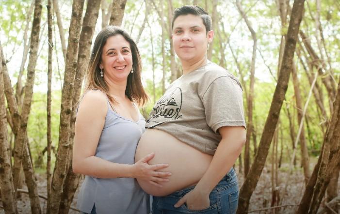 grávido - UM HOMEM GESTANTE: Quem está grávido é o pai e casal deve amamentar