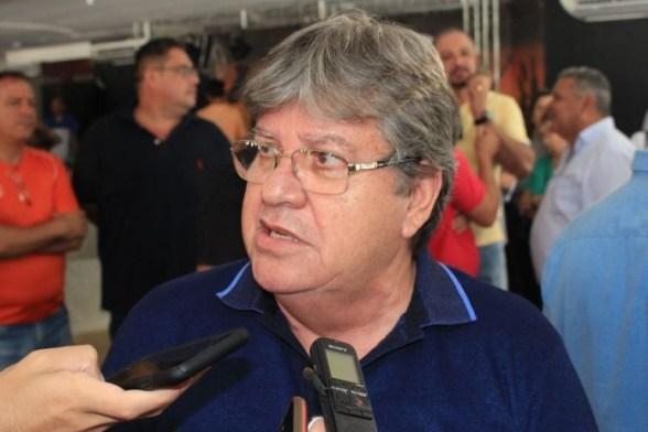 """joao azevedo camisa azul 768x513 300x200 - """"Não passa pela minha cabeça rediscutir condições de apoio"""" diz João Azevêdo sobre possível reunião com o G11"""