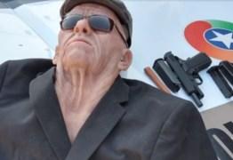 Ladrão fantasiado de idoso pula janela após invadir banco, quebra a perna e é preso