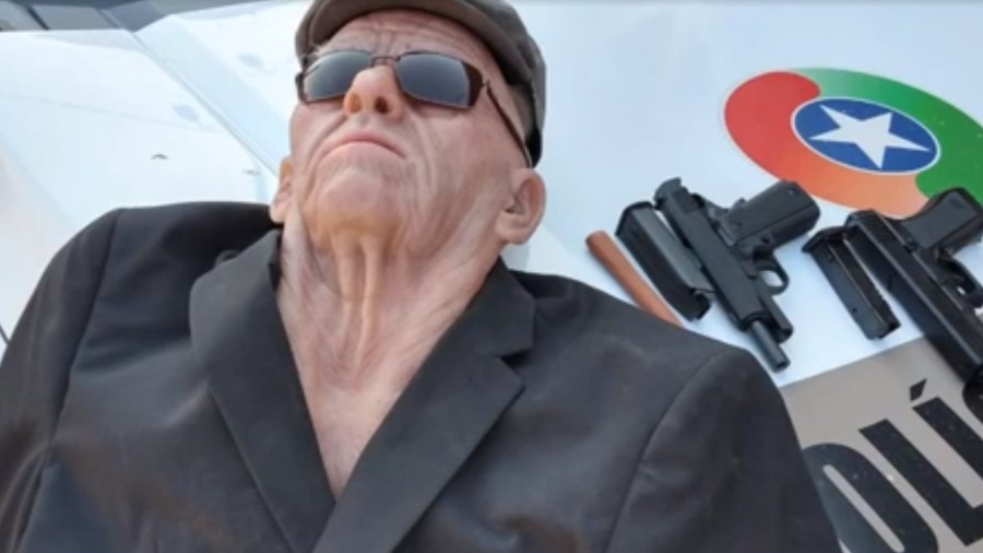 ladrao usa mascara de idoso para tentar roubar banco em jaragua do sul sc 1565738074342 v2 900x506 - Ladrão fantasiado de idoso pula janela após invadir banco, quebra a perna e é preso