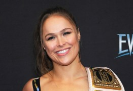IMAGEM FORTE: Ronda Rousey sofre acidente em filmagem e quase perde dedo da mão