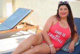 Fabiana Karla posa de maiô e manda recado: 'Ser eu sem medo é meu estilo de vida'