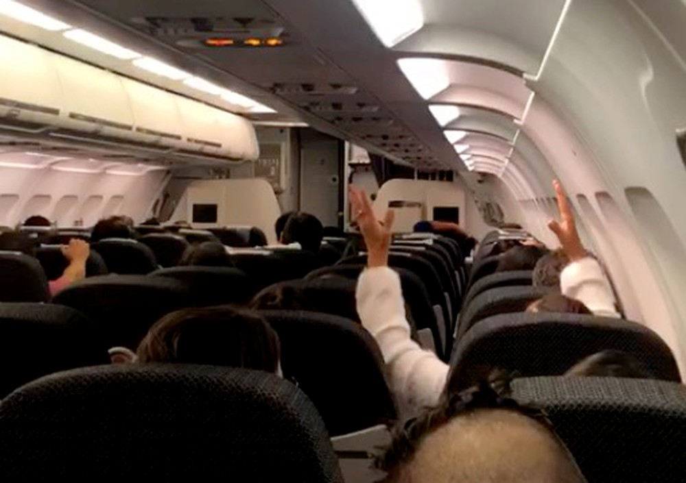 0000 - SUSTO: avião apresenta falha e passageiros rezam 'Pai nosso' e 'Ave Maria' em pleno voo; VEJA VÍDEO