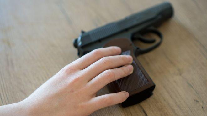 104141868 gettyimages 940915500 - Em Catolé do Rocha, criança dispara arma acidentalmente e atinge irmão na cabeça