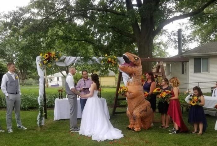 Madrinha se fantasia de T-Rex em casamento x após noiva falar que ela poderia vestir o que quiser