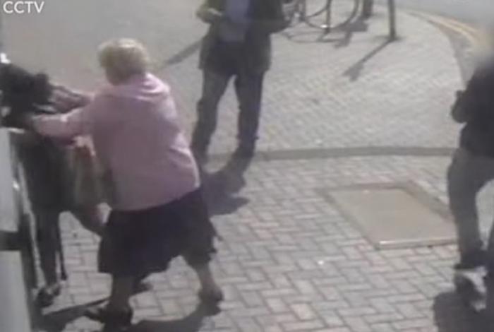 1 dd 13257760 - Idosa de 81 anos entra em luta corporal com mulher que tenta roubá-la - VEJA VÍDEO