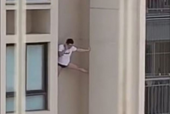 1 homem predio 13198591 1 - Homem de camisa e cueca é filmado escorado do lado de fora de prédio - VEJA VÍDEO