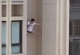 Homem de camisa e cueca é filmado escorado do lado de fora de prédio- VEJA VÍDEO