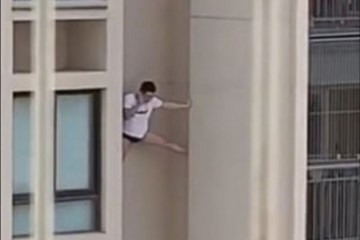 1 homem predio 13198591 - Homem de camisa e cueca é filmado escorado do lado de fora de prédio- VEJA VÍDEO