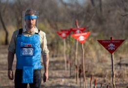 Seguindo passos da mãe, Harry caminha por campo minado em Angola
