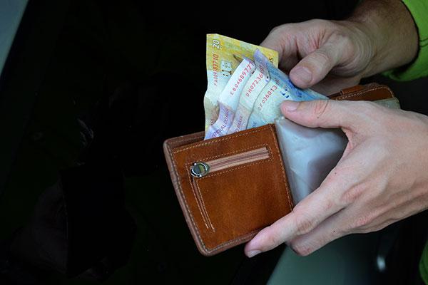 208526 - Governo Federal estuda congelar salário mínimo nos próximos anos