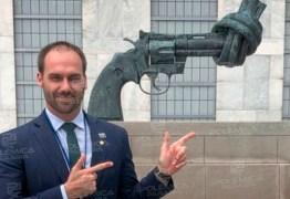 Eduardo publica foto em monumento desarmamentista e critica políticas da ONU