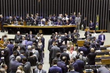 Câmara autoriza verba pública eleitoral para compra de helicóptero a carro de luxo