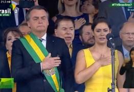Ao lado da esposa, Bolsonaro chora ao cantar hino nacional em desfile cívico-militar