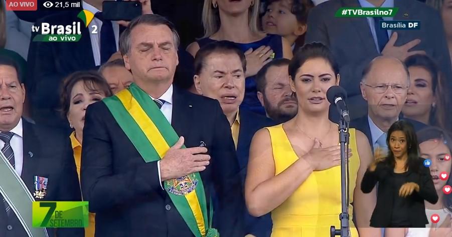 bolsonaro se emociona - Ao lado da esposa, Bolsonaro chora ao cantar hino nacional em desfile cívico-militar