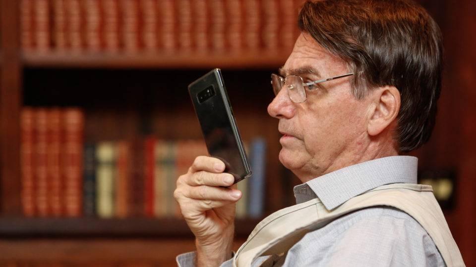 bolsonaro twitter celular android carlos iphone 960x540 - Bolsonaro nomeia Alfredo Gomes Neto juiz-substituto do TRE-PB