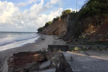Geógrafo questiona estratégias da PMJP para combater erosão na barreira do Cabo Branco