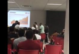 'MENTIROSO!': Mãe de Bruno Ernesto hostiliza Ricardo Coutinho durante palestra em faculdade – VEJA VÍDEO