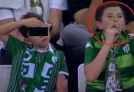 'Menino' fumante visto em estádio estava com o próprio filho – VEJA VÍDEO