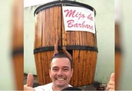 Pai leva barril de chope de 3 metros de altura para a porta de maternidade para comemorar o nascimento da filha