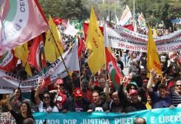 De preto e vermelho, manifestações contra Bolsonaro saem às ruas no 7 de setembro