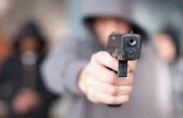 Em gravação, apresentadora da TV Globo é assaltada e cinegrafista é feito refém