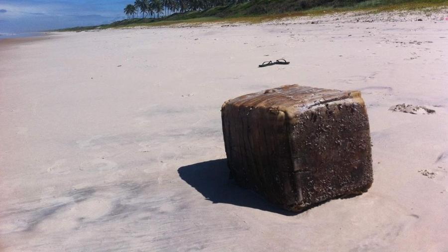 12jun2019 caixas misteriosas encalham em praias do nordeste e causam acidentes 1560344795939 v2 900x506 - Óleo vazado leva a solução de enigma de caixas que surgem em praias no NE