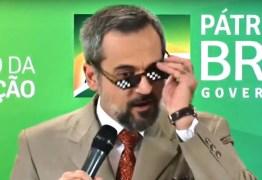 SEXTOU, ÓCULOS DA LACRAÇÃO E LARGOU O MICROFONE: Ministro da Educação faz 'cena' de comédia para anunciar verbas para universidades