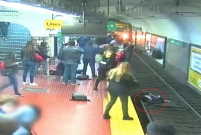 1 2eaovcq2jaak30s60s9nw3oxd 13813760 - Homem cai e 'empurra' mulher em trilho de metrô - VEJA VÍDEO