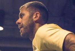 Jogador é flagrado pelado em momento íntimo com mulher, drogas e álcool