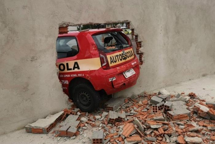 1 img 20191017 wa0027 13799213 - Ao fazer baliza em prova, motorista derruba muro do Detran