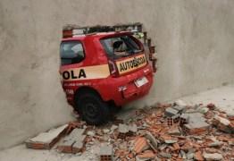 Ao fazer baliza em prova, motorista derruba muro do Detran