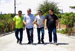 Prefeito e secretários vistoriam obras de pavimentação em ruas de Alhandra e destacam celeridade dos serviços