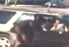 Pai é preso após bater 35 vezes em filho de 3 anos com cabo de energia – VEJA VÍDEO