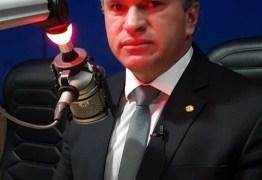"""""""Os deputados do PSL são tratados como cachorros"""" polemiza Julian"""