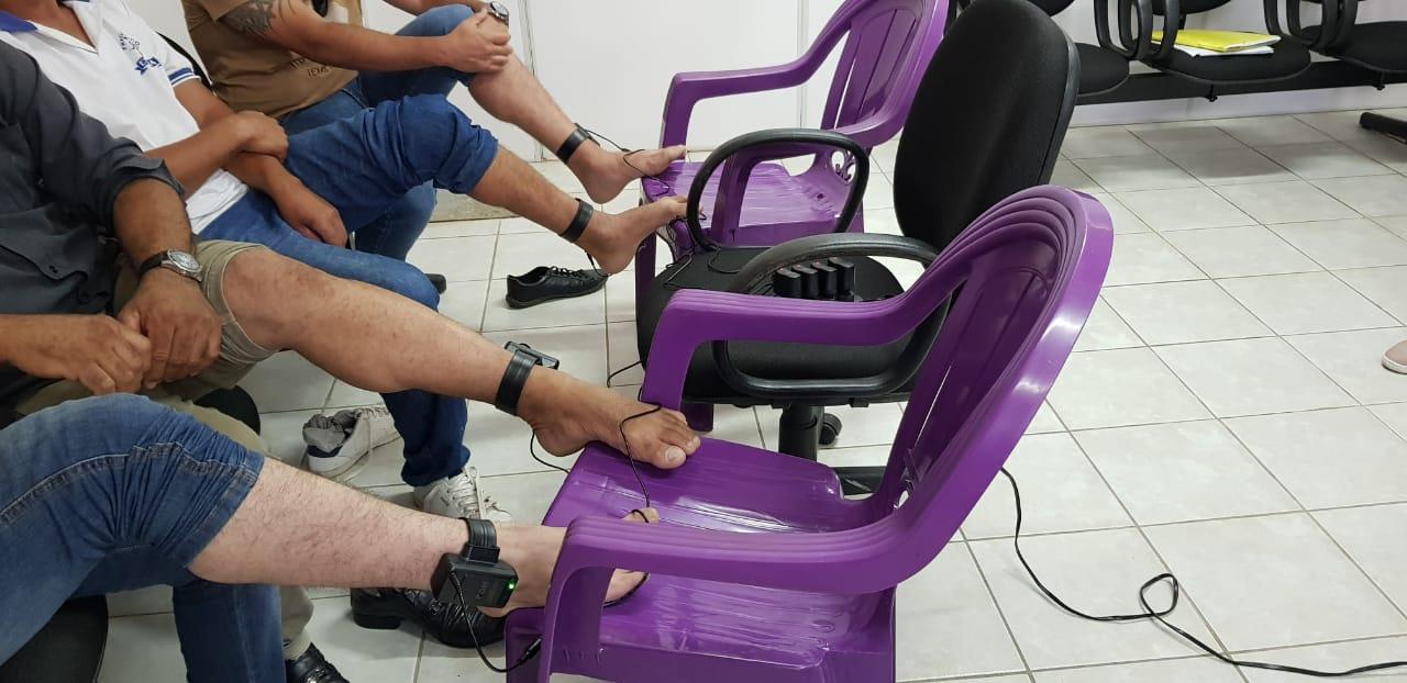 Instalacao Tornozeleiras Apenados Areia 07 10 19 1 - PROGRESSÃO: 15 apenados vão para regimes semiaberto e aberto com tornozeleira eletrônica no brejo paraibano