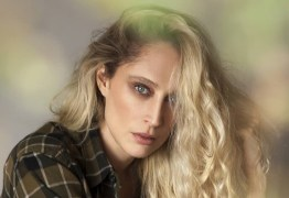 Modelo Talytha Pugliesi toma banho de chuva nua