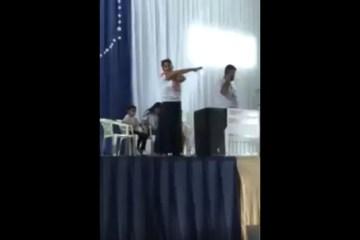 fbe7f610 f025 11e9 97f7 a3cc1e72c507 - Professora é detida e arrastada por policiais de cima de palco durante evento católico - VEJA VÍDEO