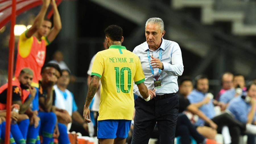 neymar e substituido no primeiro tempo do amistoso brasil x nigeria 1570972758526 v2 900x506 - Brasil joga mal de novo, tropeça na Nigéria e segue em jejum de vitórias