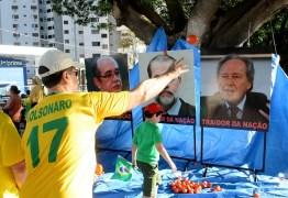 Manifestantes anti-Lula atiram tomates em outdoor com fotos de ministros do STF